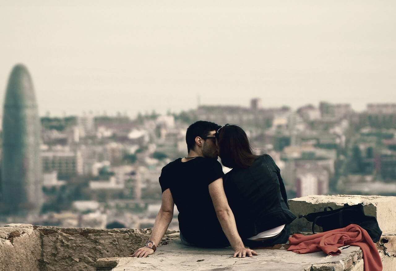 romantic barcelona kissing